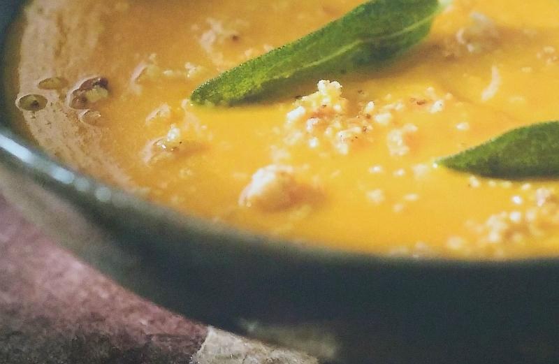 dýňová polévka se smaženými šalvějovými lístky